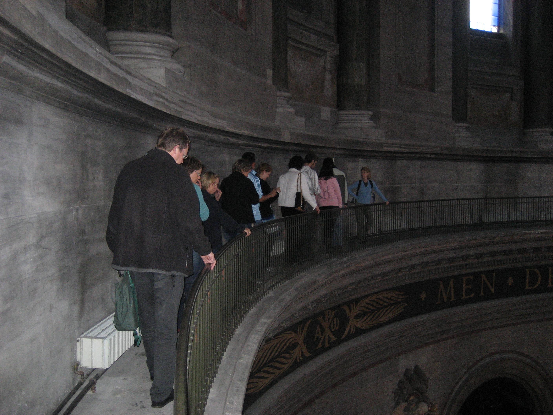 Efter adskellige trapper, kommer man ud p? galleriet oppe under ...