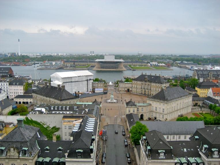 Fra tårnet på Marmorkirken ses kongehusets bolig, Amalienborg med Operaen i baggrunden