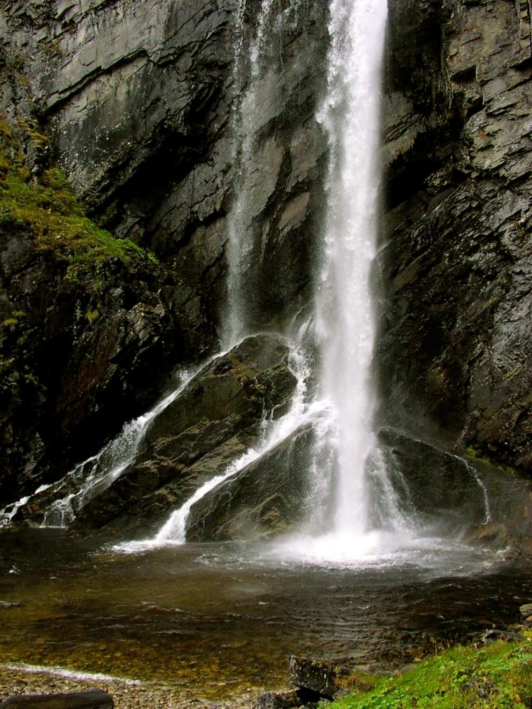 Det består af 3 imponerende vandfald