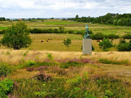 Langt ude ses Kattegat. I forgrunden ses statuen Jordbundet.