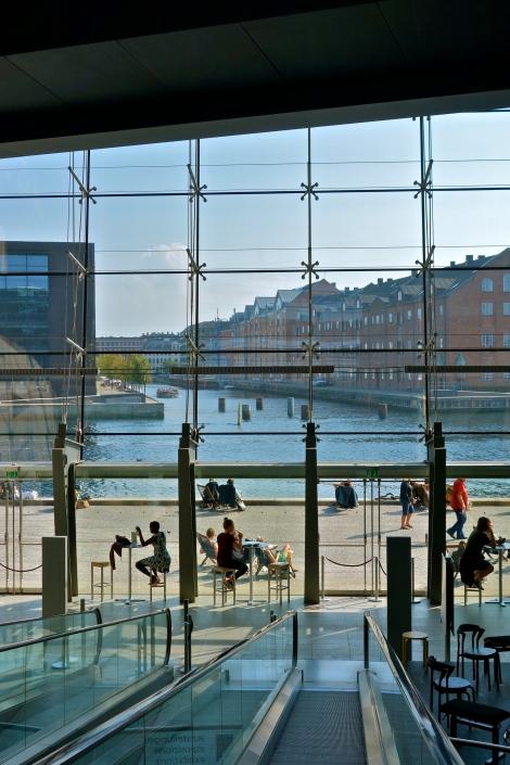 Udsigt fra rulletrappe i Det Kongelige Bibliotek