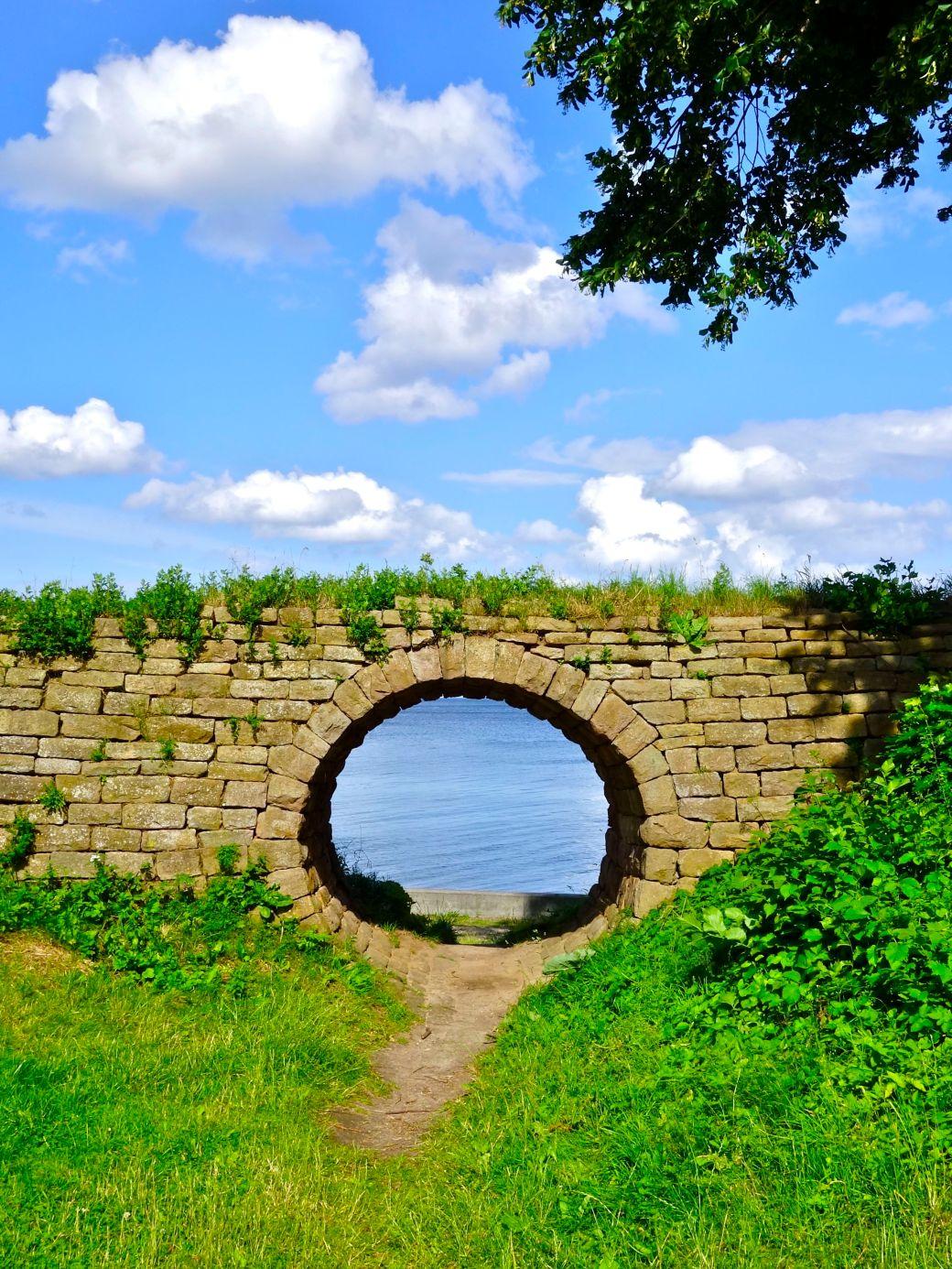 Et hobbithul i mur mellem Trepilelågen og  Springforbi