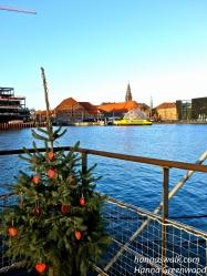 Hotel på vandet med juletræ